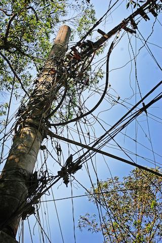 """Slik """"hacker"""" man seg inn på strømnettet i favelaområdene. Hver mann sin ledning."""