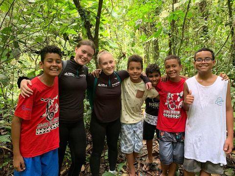 Oda og Freya fra Knarvik Ungdomsskule på besøk hos venner i Brasil.