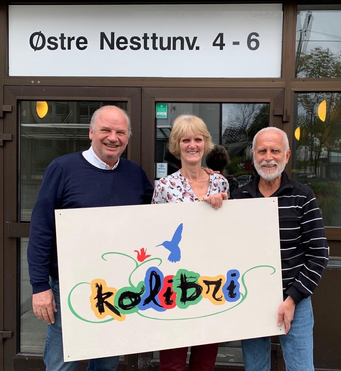 Kontoret vårt er i Bergen, på Nesttun. På bildet f.v: Peter Munck (daglig leder), Elisabeth Hammerstad (Regnskap)  og  Sigve Fjeldtvedt (seniorkonsulent)..