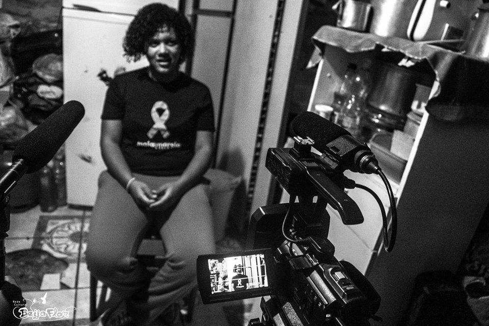 Monalisa forteller sin historie til de andre. De gjør videoopptak hjemme der hun bor.