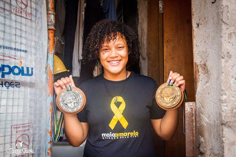 Monalisa er en livlig 14 år gammel jente. Hun har indianske røtter og  har vunnet medaljer i urfolk-lekene i Brasil.