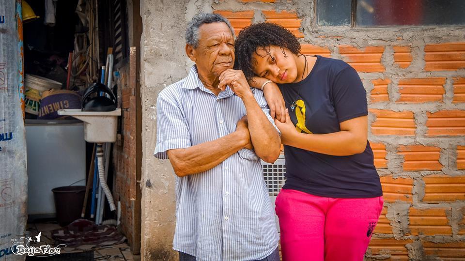 Monalisa  bor hos sin far, Francisco (77). Han jobber fremdeles hardt for å forsørge  henne og hennes to søstre.