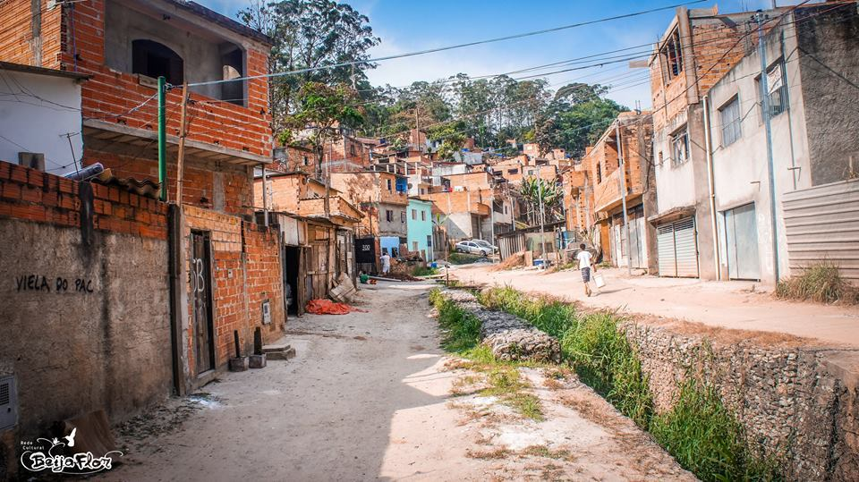 Monalisa bor her, i en av de største favelaene i Diadema, São Paulo.