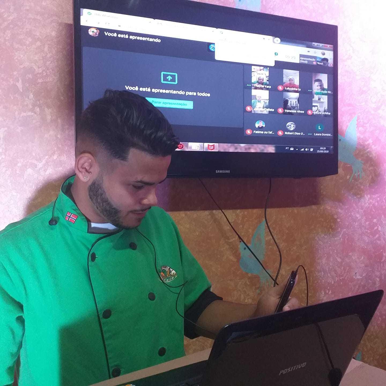 Guilherme er ansvarlig for ernærings- og guormetkursene. Her setter han opp onlinekurs.