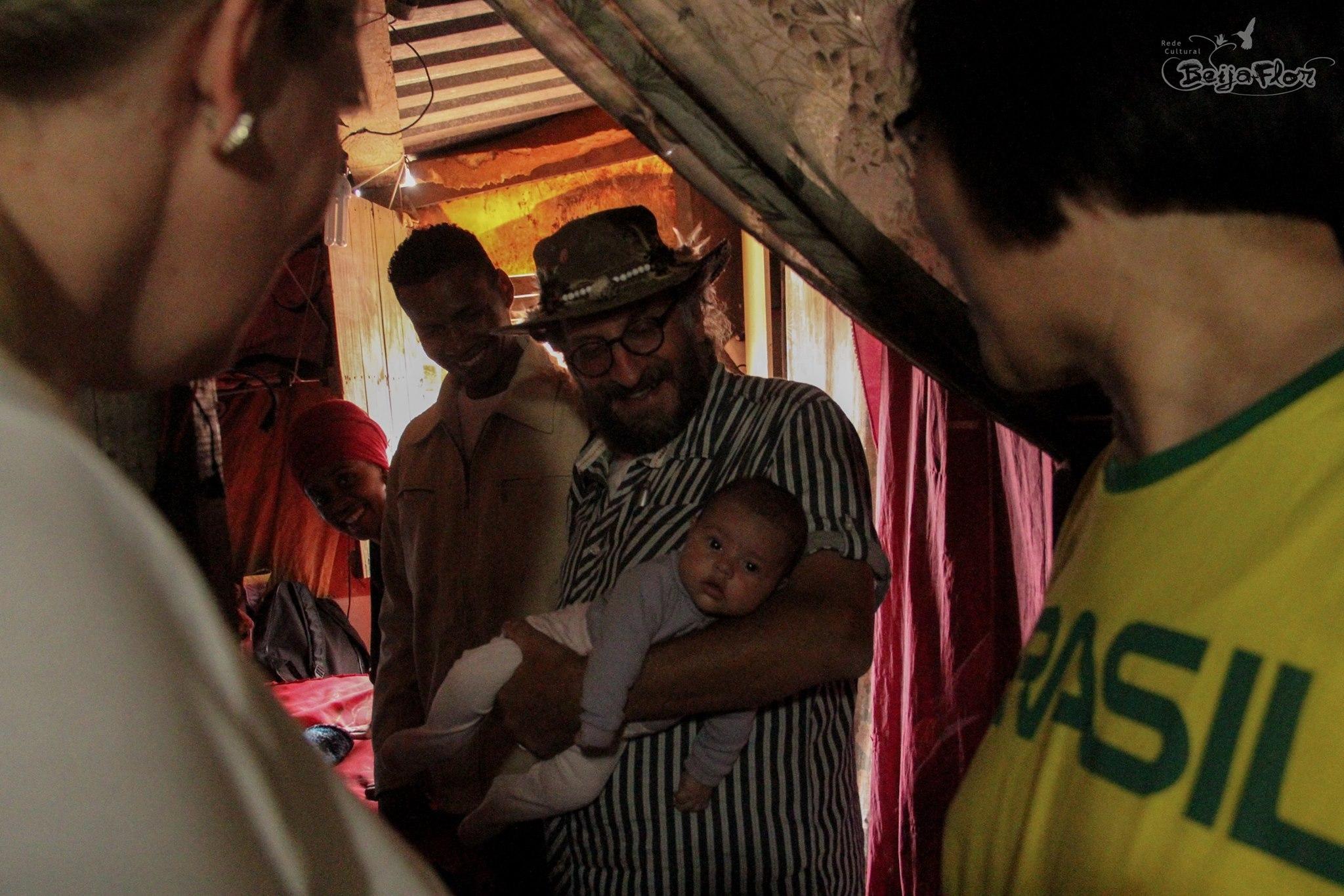 Gregory na favela.
