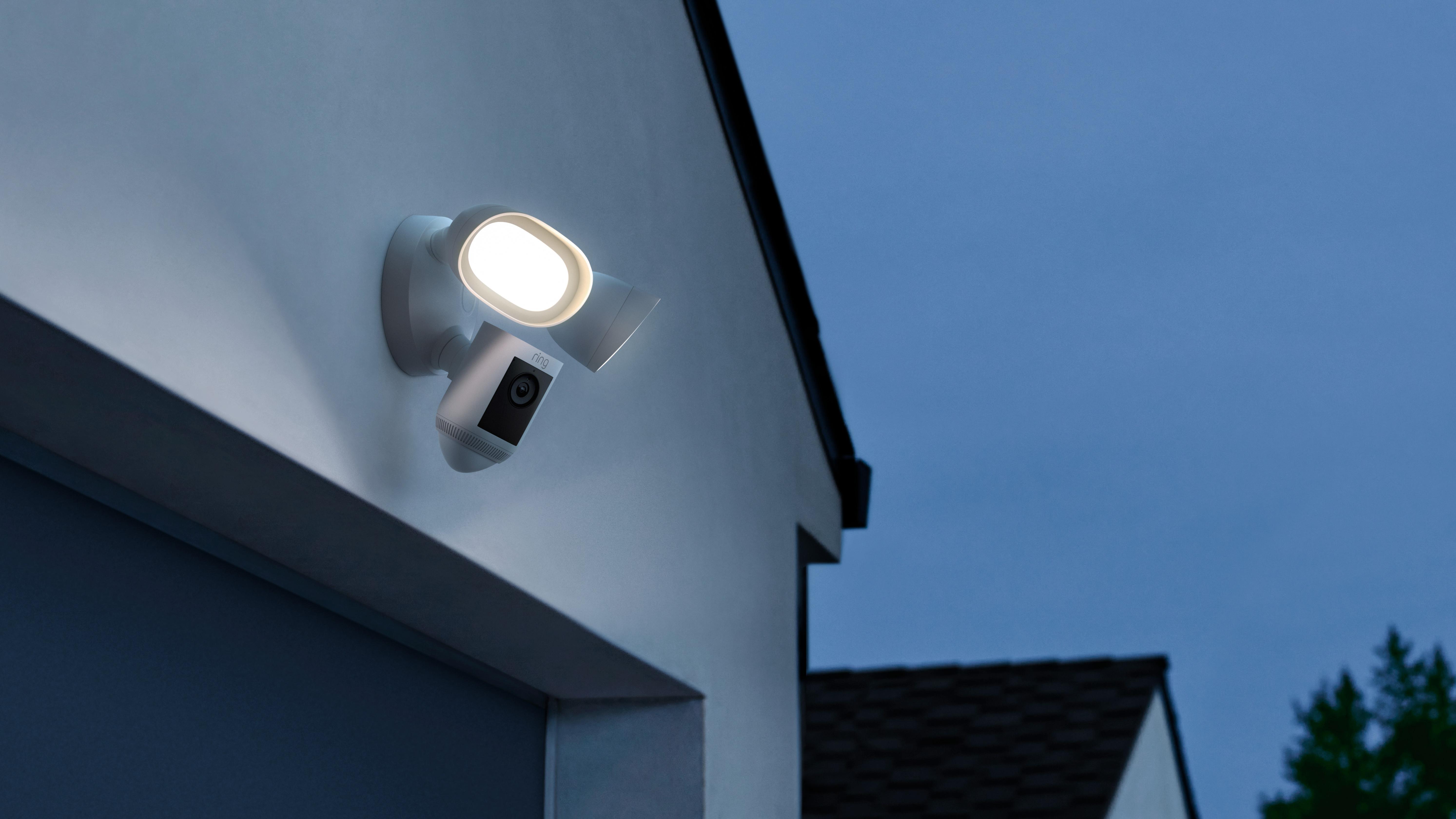 De to projektører på hver side af kameraet lyser med 2.000 lumen – det svarer til det lange lys på en lastbil.