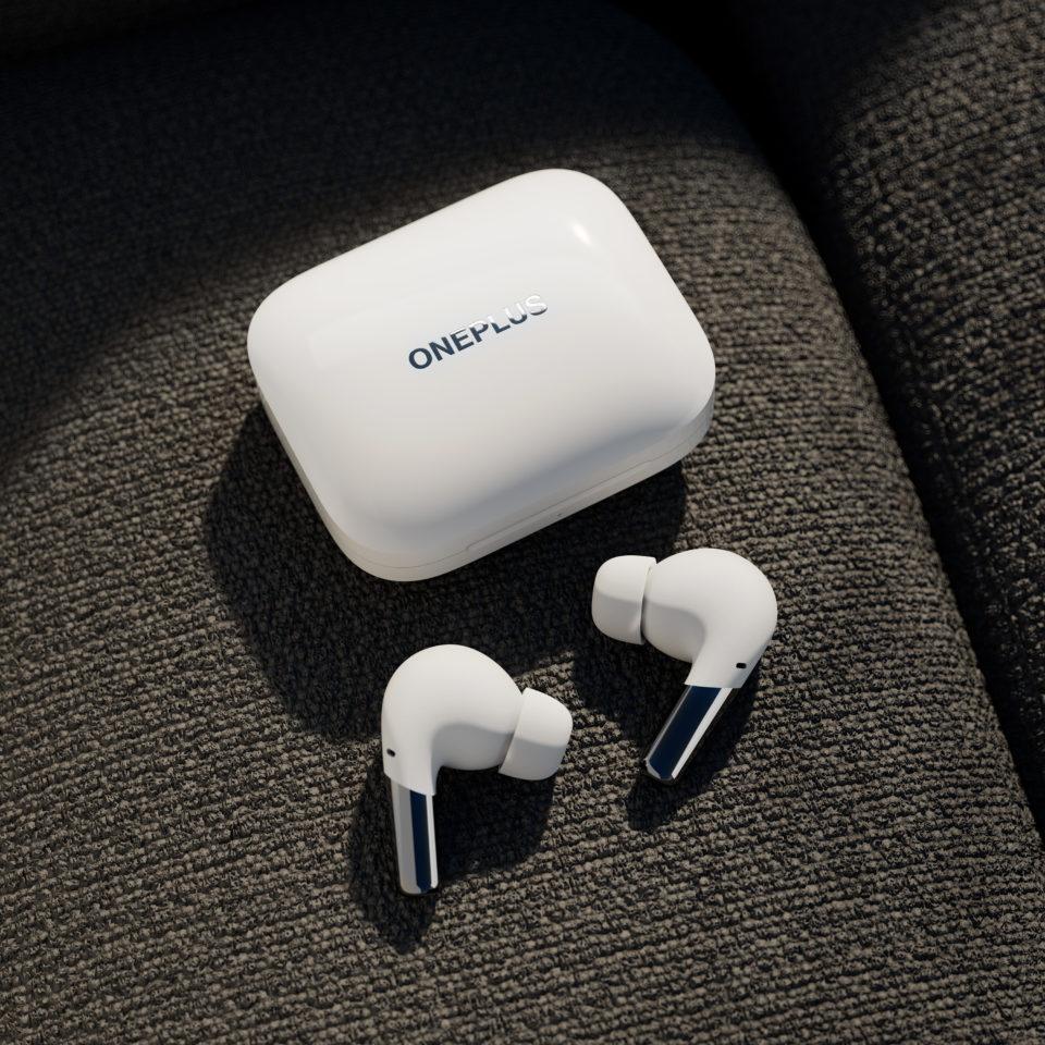 Den tilhørende opladeræske er ligesom høretelefonerne vandafvisende og kan lynhurtigt oplade dine høretelefoner.