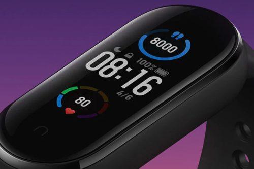 Der er plads til både klokkeslæt, skridtantal og puls på armbåndets skærm.