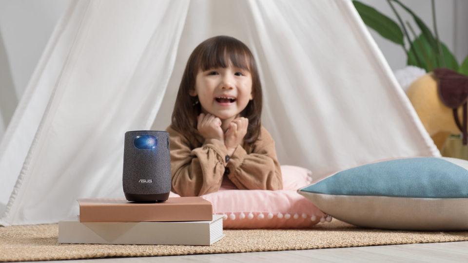 Projektoren kan placeres helt ned til 80 centimeter fra lærredet eller væggen, du viser noget på.