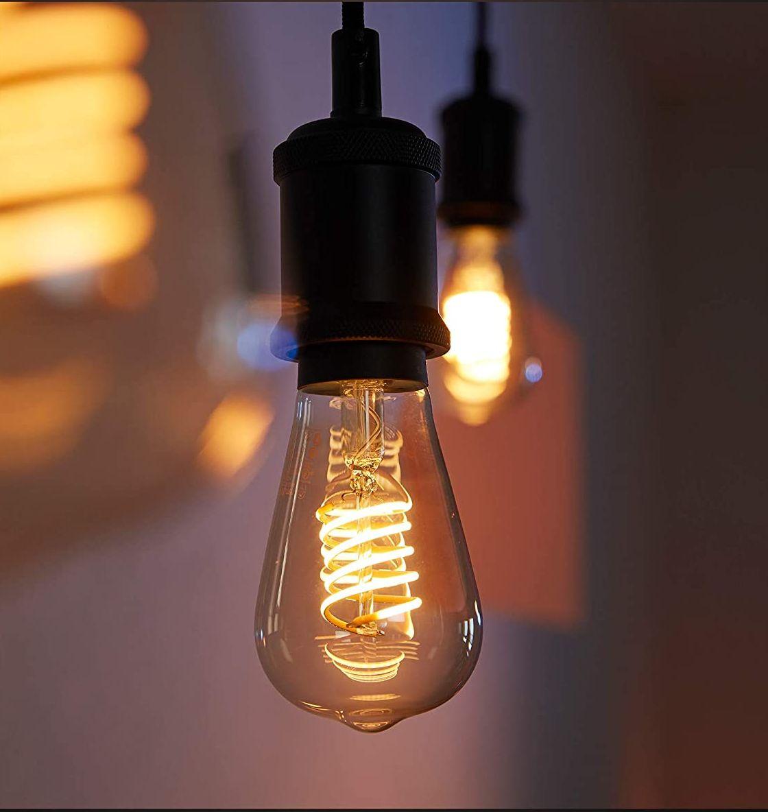 Filament-pæren er dekorativ nok til at hænge uden en lampeskærm.