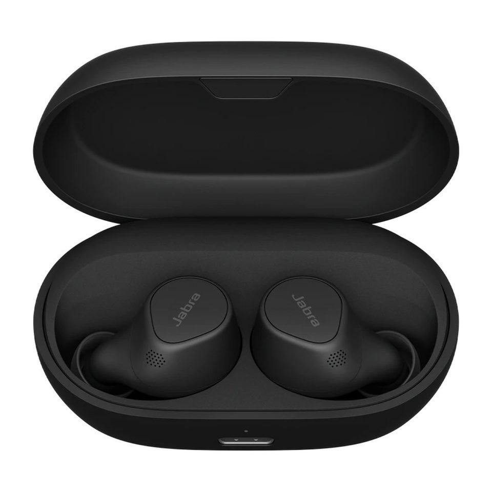 Når du tager propperne ud af æsken først gang, leder de automatisk efter en lydkilde, så du skal bare finde dem i Bluetooth-oversigten på din telefon.