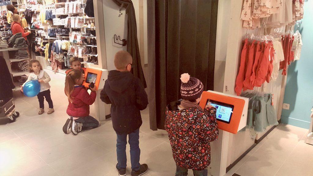 Les cabines d'essayage des magasins Tape à l'œil équipés de deux bornes tactiles avec 60 jeux pour enfants