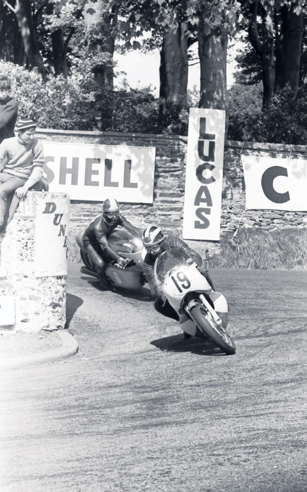 1965 350 TT Isle of Man Phil Read leads Giacomo Agostini on MV.