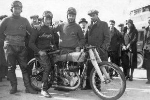 Record-breaking 346cc side-valve Jonghi at Monthhery 1933,  with Perrin, Jeannin and Andreino
