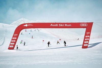 Alle Teilnehmer gehen die Strecke vor dem Rennen mit einem ehemaligen Ski-Star durch, der ihnen wertvolle Tipps gibt.