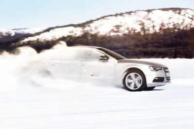 Ist die Piste präpariert, fällt der Startschuss für die Audi driving experience. Audi Fahrer üben sich im schnellen Reagieren in Extremsituationen und im sportlichen Fahren auf eisigem Untergrund.