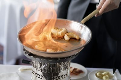 Crevetten flambee im Le Restaurant ©Badrutt's Palace