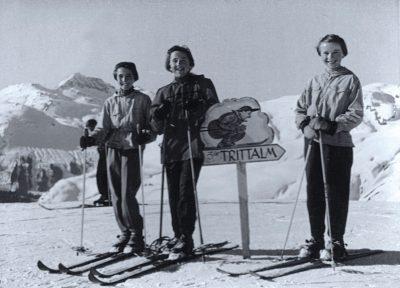Die Zimmermann-Schwestern auf dem Weg zur Trittalm, 1955 ©Sammlung Edith und Heidi Zimmermann, Bregenz