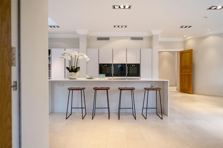 sleek-and-spacious-grey-kitchen-design-ideas-2.jpg