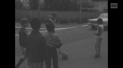 Giocare a pallone in strada