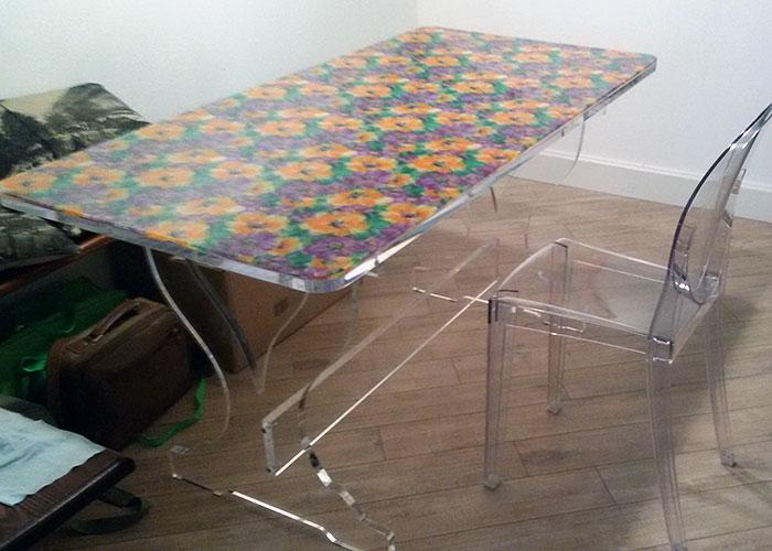 Tavolo in plexiglass con piano floreale