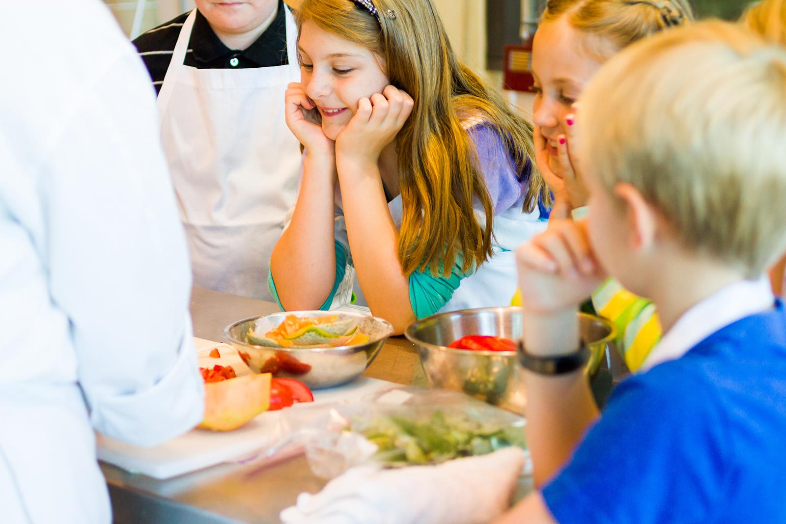 les cours de cuisine un moment magique pour de petits chefs en devenir la belle assiette. Black Bedroom Furniture Sets. Home Design Ideas