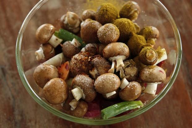 Ofengemüse und Champignons mit Öl und Gewürzen