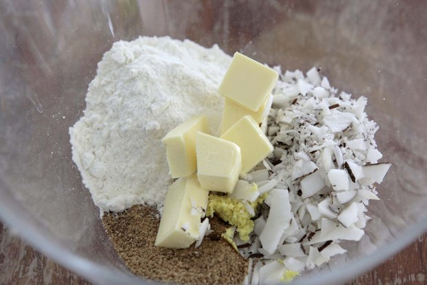 Streusel mit Kokosnuss und Ingwer herstellen