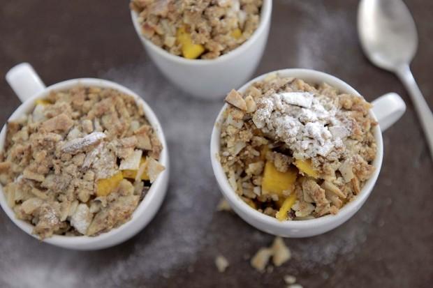 Mango-Crumble mit Kokosnuss und Ingwer
