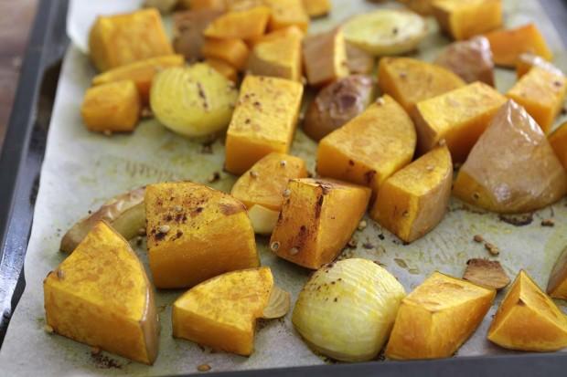 ürbis, Apfel, Zwiebel und Knoblauch mit Gewürzen im Ofen geröstet