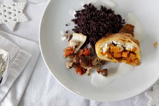 Kürbis-Frischkäse-Strudel mit Pilzragout und Weissweinschaum