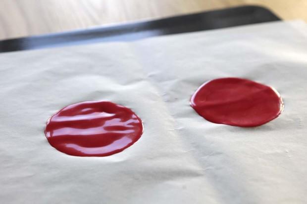 Pro Kreis 1 EL Teig auf das Backpapier geben