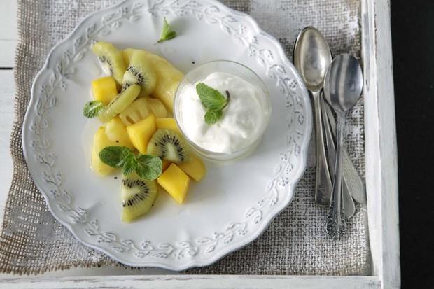 Sous-vide Fruchtsalat mit Joghurtmousse