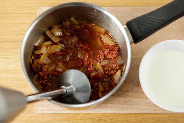 Sauce aus getrockneten Tomaten, Zwiebeln und Weisswein