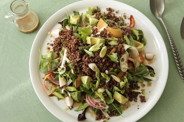 Quinoa-Salatplatte mit Yuzu-Dressing