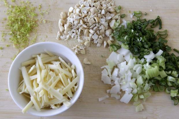 Limettenschale, Greyerzer, Cashewkerne und Frühlingszwiebeln