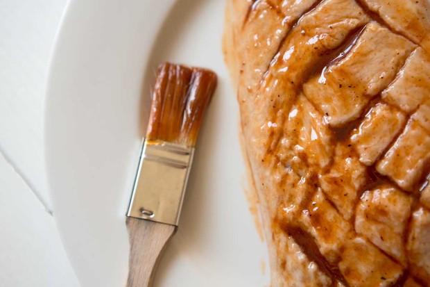 Entenbrust mit BBQ-Sauce und Honig marinieren