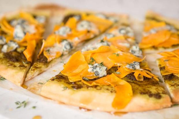 Kürbispizza mit Ahornsirup und Gorgonzola