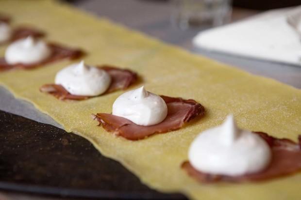 Ravioli mit Rohschinken vom Wildschwein und Ricotta füllen