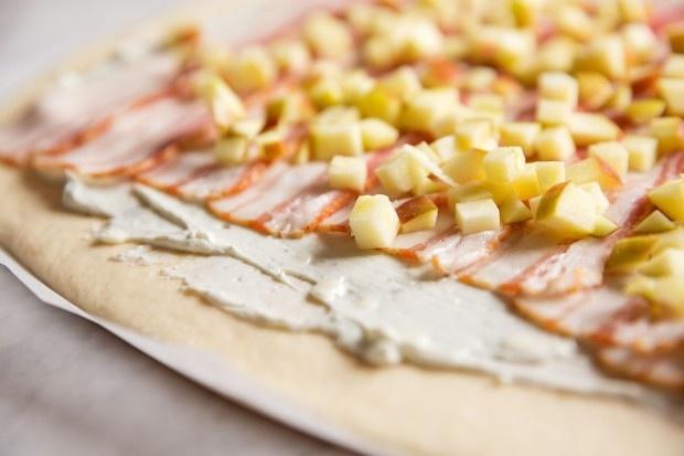 Hefeteig mit Roquefort, Speck und Apfelwürfeln belegen