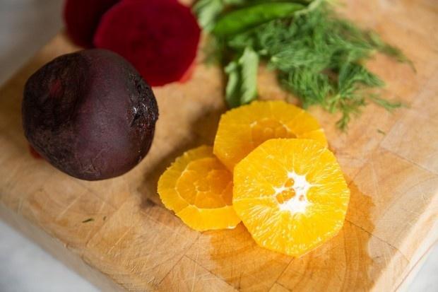 Orangen, Randen und Kräuter