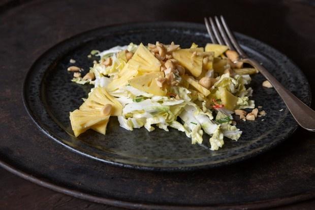 Chinakohl-Salat mit Ananas und Erdnüssen