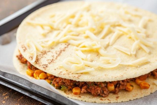 Saftiges Sandwich zwischen Tortillas mit Käse überbacken