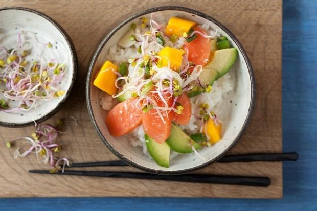 Rauchlachswürfel mit Sprossen auf Sushi-Reis