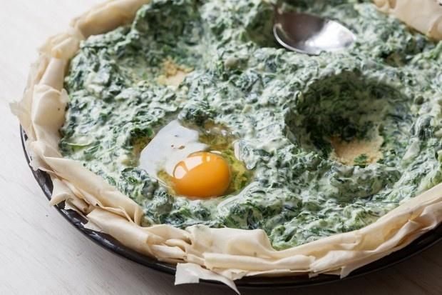 Eier ins Nest aus Filoteig, Spinat und Ricotta-Guss schlagen