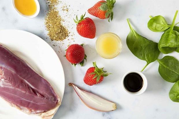 Zutaten für Erdbeer-Spinat-Salat mit Ente