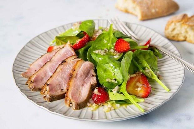 Erdbeer-Spinat-Salat mit Entenbrust an Yuzu-Dressing