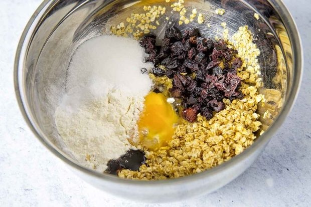 Getrocknete Kirschen, Haferflocken, Vanillepaste, Mehl, Zucker, Butter, Salz und Ei