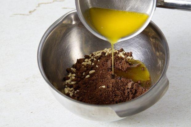 Cheesecake-Boden aus Pinienkernen, Schoggiguetsli und flüssiger Butter