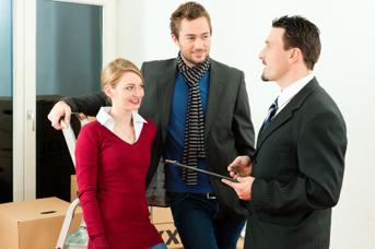 Überlegen Sie gut, ob Sie eine Mitmieterschaft oder ein Untermieterverhältnis mit dem Partner eingehen. Dies hat im Ernstfall rechtliche Konsequenzen.